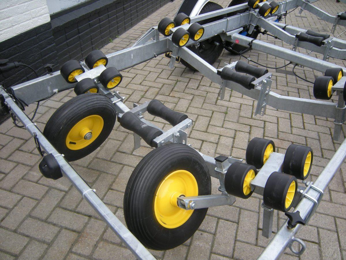 Boottrailer dubbelas Pega bij Beekman Watersport in Goes
