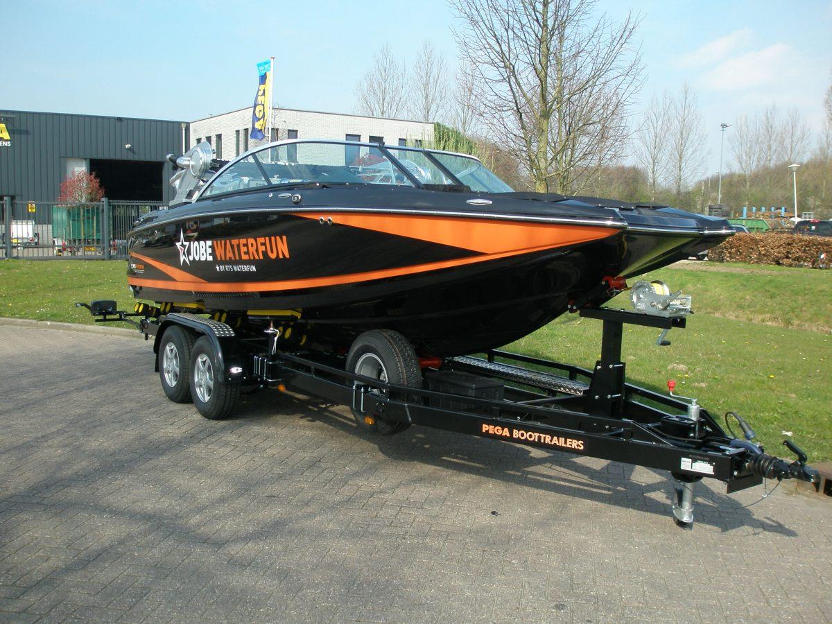 Mooie combinatie Jobe skiboot met Pega trailer